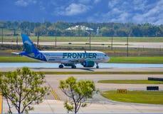 Avions de Frontier Airlines sur la piste se préparant au départ à Orlando International Airport MCO photos stock