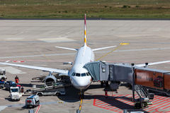 Avions de Germanwings à la porte dans l'aéroport de Cologne Images stock