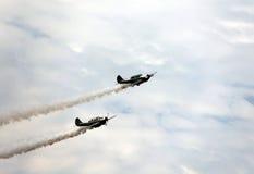 Avions de guerre avec de la fumée foncée du moteur Image stock