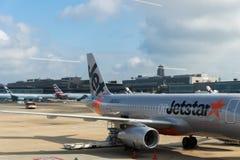 Avions de Jetstar Airways remorqués à l'aéroport international de Narita, Japon Photographie stock
