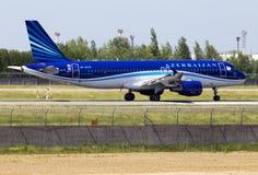 Avions de 4K-AZ79 AZAL Azerbaijan Airlines Airbus A320-200 fonctionnant sur la piste Photographie stock
