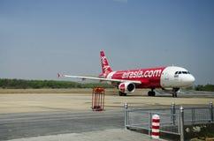 Avions de l'atterrissage d'aéroport international de Don Mueang sur la piste Image stock