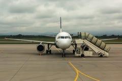 Avions de l'aurore de ligne aérienne sur la piste Images stock