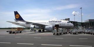 Avions de la société de Lufthansa dans l'aéroport de Riga Images stock
