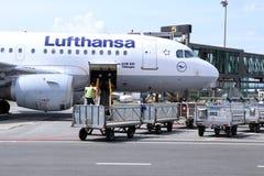 Avions de la société de Lufthansa dans l'aéroport de Riga Image stock