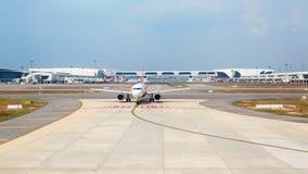 Avions de ligne aérienne de coût bas d'Air Asia dans l'aéroport international malaisien KLIA 2 Images libres de droits