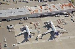 Avions de ligne de Federal Express déchargeant à l'aéroport occupé Images libres de droits