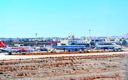 Avions de ligne Grèce de piste d'aéroport d'île de Santorini Images libres de droits