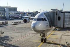Avions de Lufthansa à l'aéroport Image stock