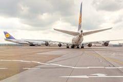 Avions de Lufthansa à l'aéroport Photographie stock libre de droits