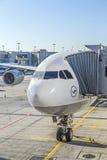 Avions de Lufthansa à la position à l'aéroport Images stock