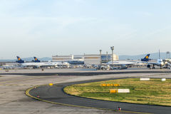 Avions de Lufthansa Cargo prêts pour embarquer sur le terminal 1 Photos libres de droits
