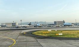 Avions de Lufthansa prêts pour embarquer sur le terminal 1 Images libres de droits
