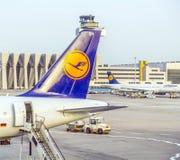 Avions de Lufthansa se tenant à Photo libre de droits