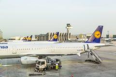 Avions de Lufthansa se tenant à Image stock