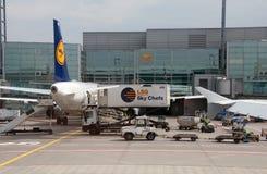 Avions de Lufthansa sur l'aéroport Image stock