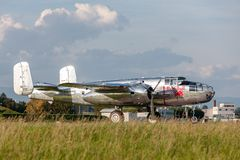 Avions de Nord-américain B-25 Mitchell Bomber de cru de la deuxième guerre mondiale exploités par la collection volante de taurea images libres de droits
