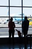 Avions de observation de jeune famille à un aéroport Images libres de droits