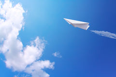 Avions de papier en ciel photographie stock libre de droits