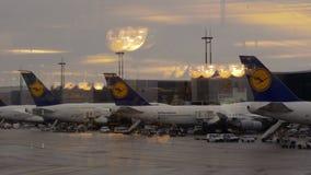 Avions de passager de Lufthansa chez Charles de Gaulle Airport, France banque de vidéos