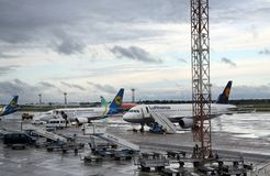 Avions de passagers à l'aéroport Boryspil, Kiev Image stock