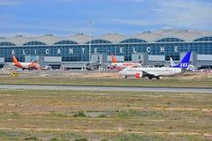 Avions de passagers à l'aéroport d'Alicante Elche Image stock