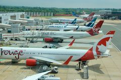 Avions de passagers à l'aéroport de Gatwick à Londres Photo libre de droits