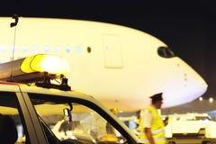 Avions de passagers à l'aéroport le soir Images stock