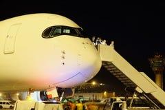 Avions de passagers à l'aéroport le soir Image stock