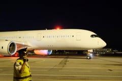 Avions de passagers à l'aéroport le soir Photo stock