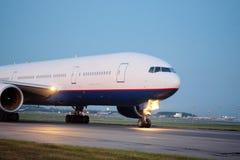 Avions de passagers à l'aéroport le soir Photographie stock