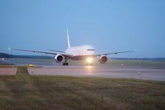 Avions de passagers à l'aéroport le soir Photographie stock libre de droits