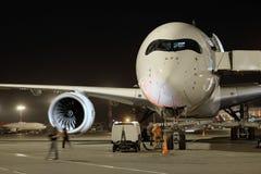 Avions de passagers à l'aéroport le soir Image libre de droits