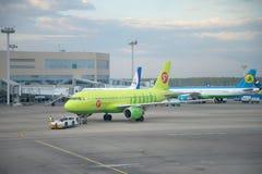 Avions de remorquage Airbus A319 (VP-BTV) sur la piste Aéroport de Domodedovo, Moscou Image libre de droits