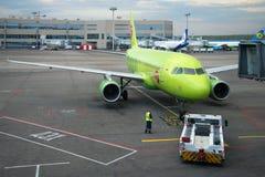 Avions de remorquage Airbus A319 (VP-BTV) sur la piste du terminal à l'aéroport de Domodedovo, Moscou Images libres de droits