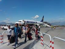Avions de Ryanair Boeing 737-800 avec des passagers Images libres de droits