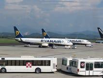 Avions de Ryanair et navettes de passager Photo stock