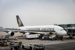 Avions de Singapore Airlines remorqués à l'aéroport international de Pékin en Chine Images stock