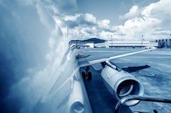 Avions de tablier d'aéroport Photo stock