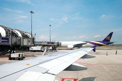 Avions de Thai Airways à l'aéroport de Suvarnabhumi, Bangkok, Thailan Photographie stock libre de droits