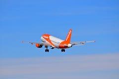 Avions de transport de passagers avec le train d'atterrissage vers le bas Nouvelles couleurs d'Easyjet Photographie stock libre de droits