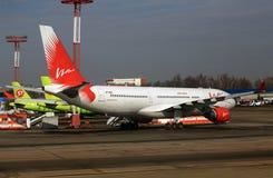 Avions de transport de passagers dans le parking à l'aéroport Photo libre de droits