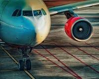 Avions de transport de passagers sur la piste de roulement d'un aéroport Photographie stock