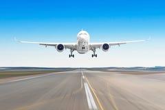 Avions de transport de passagers avec sur l'atterrissage d'asphalte sur un aéroport de piste, tache floue de mouvement Images stock