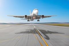 Avions de transport de passagers avec une ombre de fonte sur l'atterrissage d'asphalte sur un aéroport de piste, tache floue de m Photos libres de droits