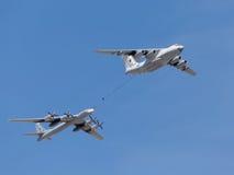 Avions de Tu-95MC et bateau-citerne Il-78 Images stock