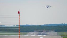 Avions de turbopropulseur s'approchant avant le débarquement banque de vidéos