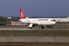 Avions de Turkish Airlines Airbus A321-200 fonctionnant sur la piste Images stock