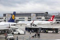 Avions de Turkish Airlines et de Lufthansa à Francfort Image stock
