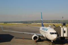 Avions de WestJet à la porte à l'aéroport international de Calgary Photo libre de droits